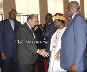 Jacques Chirac et Abdou Diouf saluent une délégation de personnalités africaines / Copyright Vioujard Christian